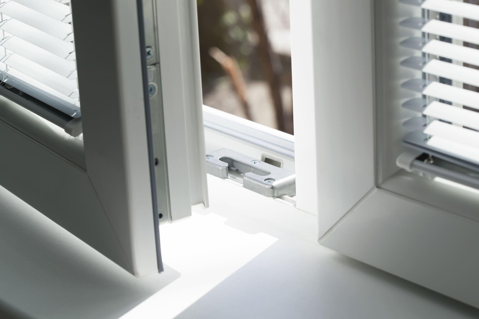 Offenes Fenster mit Pilzkopfsicherung